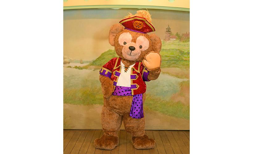 ヴィレッジ・グリーティングプレイスで海賊に仮装したダッフィー