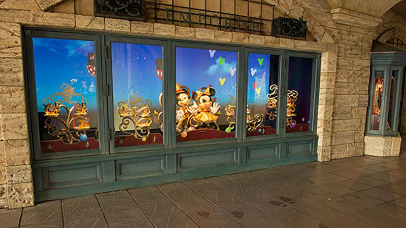 東京ディズニーシーで一番大きなショップ「エンポーリオ」のウィンドウが楽しいハピネスでいっぱいに!のイメージ