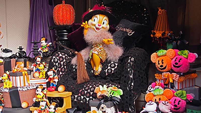 隠された楽しいストーリーがいっぱいのウィンドウディスプレイでめぐるディズニー・ハロウィーン!のイメージ