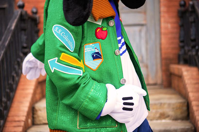 緑のジャケットを着て歩いている画像