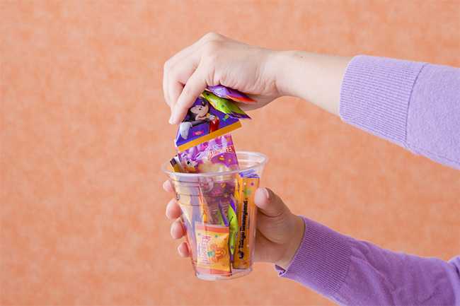 お菓子を詰めている画像