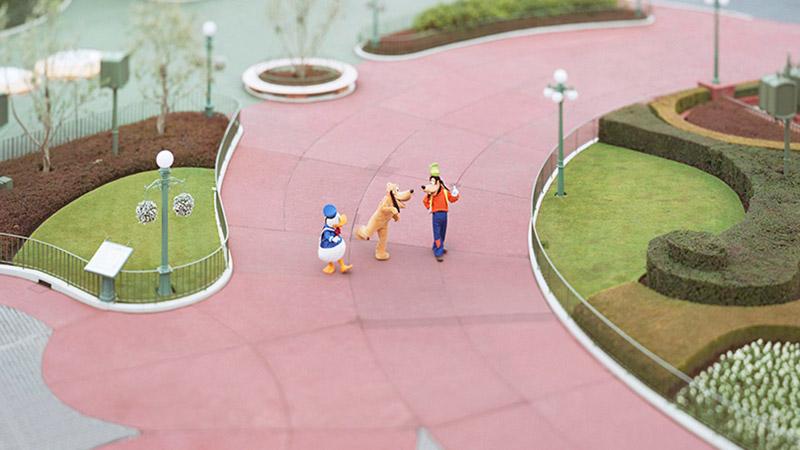 """朝のパークの1コマが、まるでおもちゃみたいに・・・!本城直季さんのとらえた""""魔法の瞬間""""。「イマジニング・ザ・マジック」のイメージ"""