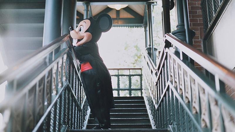 """普段は見せないミッキーの素顔とは・・・?フォトグラファー市橋織江さんによる""""魔法の瞬間""""。明日から始まる写真展情報もお見逃しなく!のイメージ"""