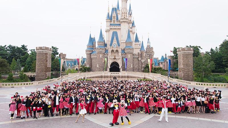 ミッキーマウスとミニーマウスの仮装ゲストが大集合!のイメージ