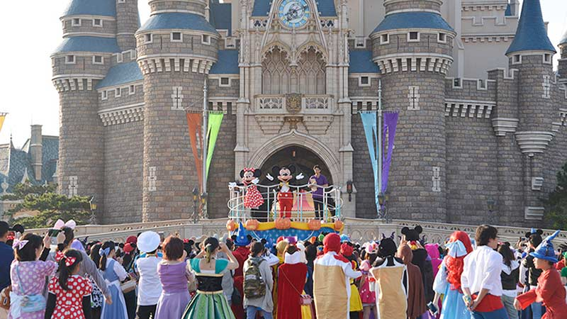 体育の日の今日、ディズニー仮装をしたゲスト約500名が開園前のパークをランニング!のイメージ