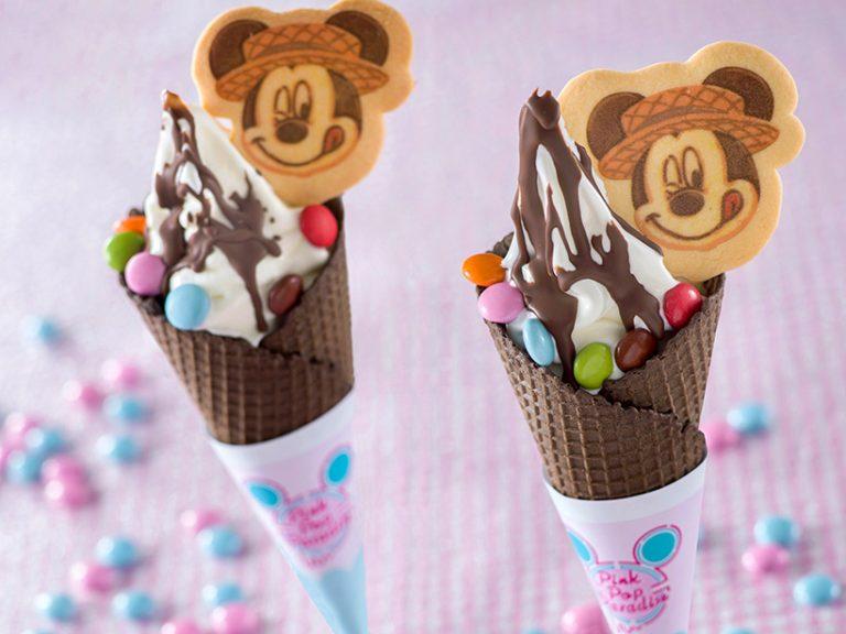 カラフルチョコレートとミッキーのクッキーがトッピングされたソフトクリームの画像