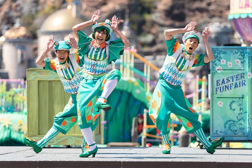 ダンスをしているタレントたちの画像