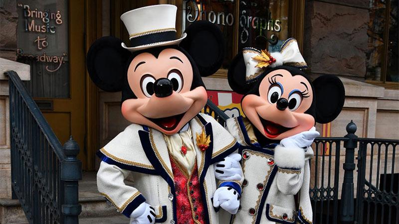 「イッツ・クリスマスタイム!」でミッキーマウスとミニーマウスが着用するゴージャスなコスチュームをひとあし早くお披露目!のイメージ
