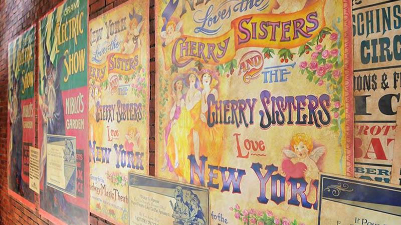 大都市ニューヨークを彩る広告と街を支える事業家のイメージ