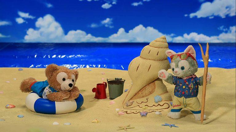 ジェラトーニが砂山を作って、ダッフィーに披露している画像