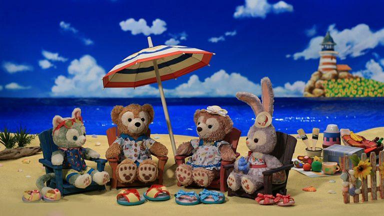 ダッフィー&フレンズが砂浜でサマーチェアに座っている画像