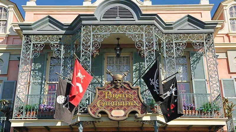 荒くれ者の海賊と優雅な邸宅の関係のイメージ