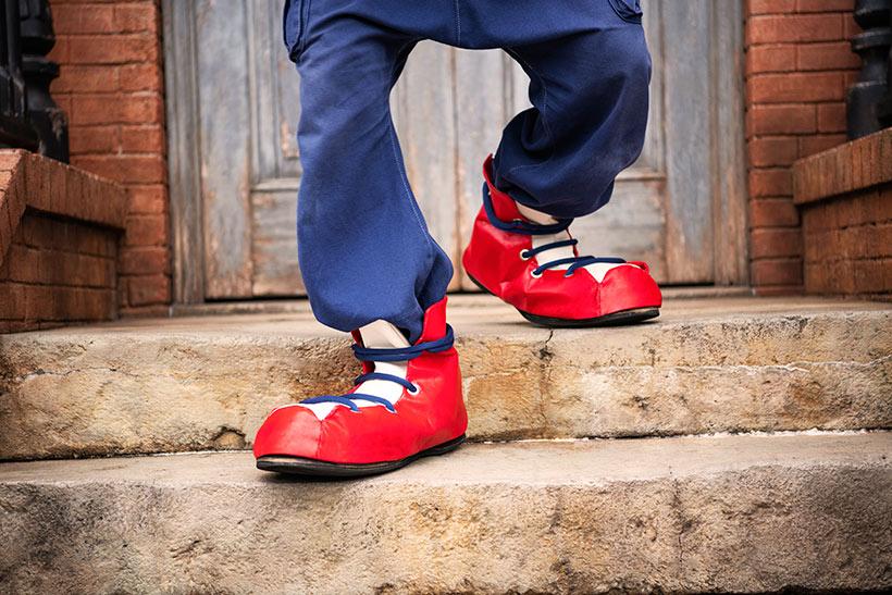 赤い靴を履いた足元の画像画像