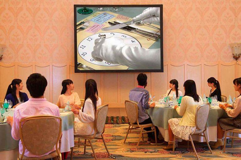 映像を見てテーブルマナーについて学び中の画像