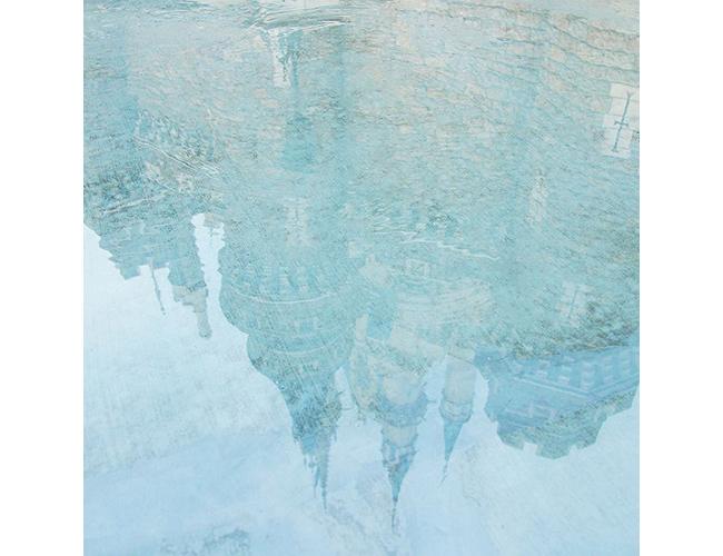 水たまりに映り込むシンデレラ城の画像