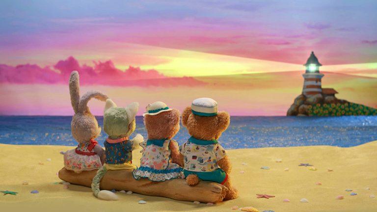 ダッフィー&フレンズの4人が夕日を眺めている後ろ姿の画像