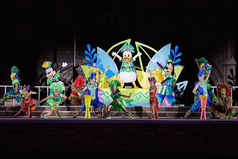ジャングルの仲間たちが大喜びで歌い踊るショー中の画像