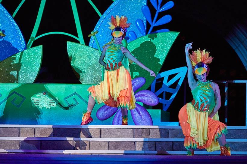 デイジーと一緒に魅惑的なダンスを踊るダンサーの画像