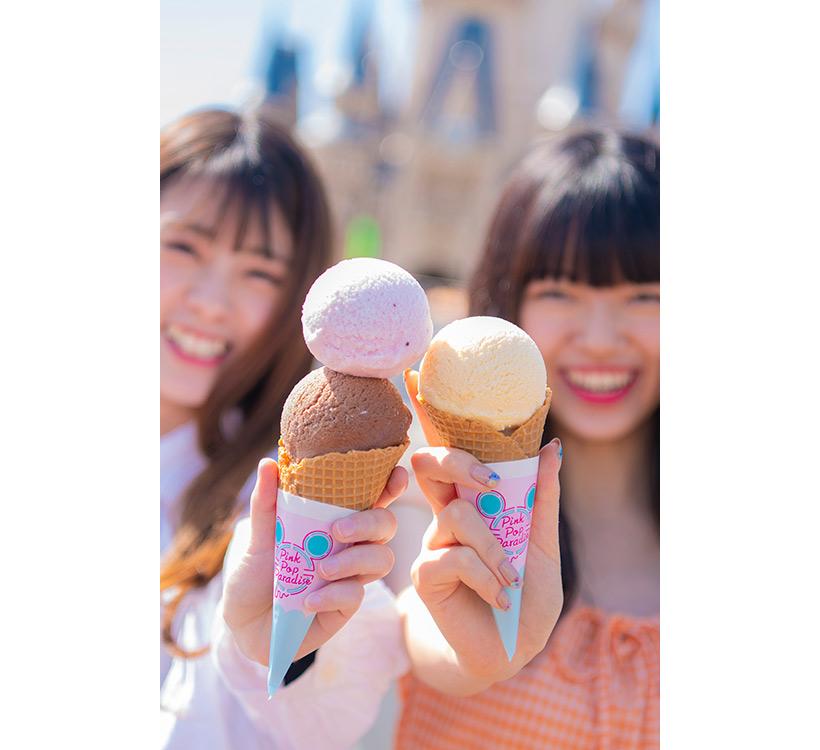 女性2人が仲良くアイスクリームを食べようとしている画像