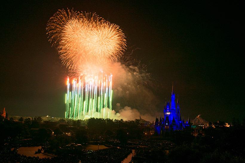 東京ディズニーランドで花火が上がっている画像