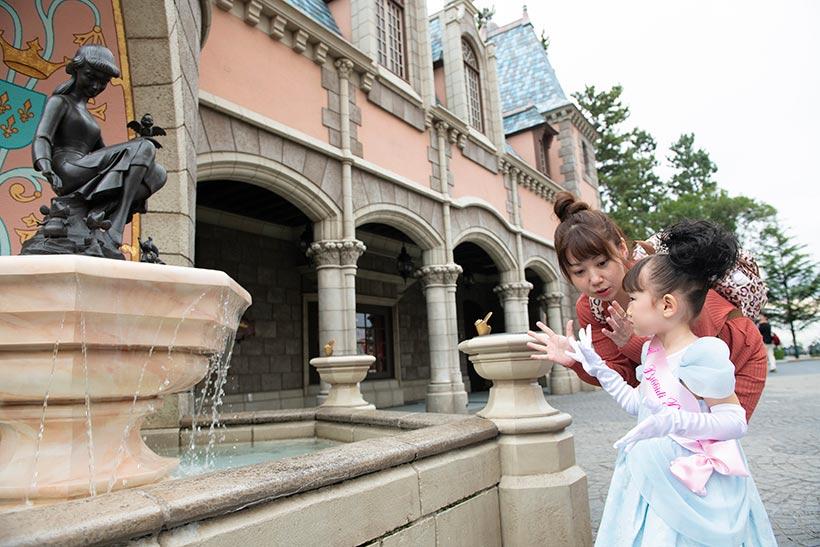 シンデレラの泉の前にいる夏乃羽ちゃんの画像