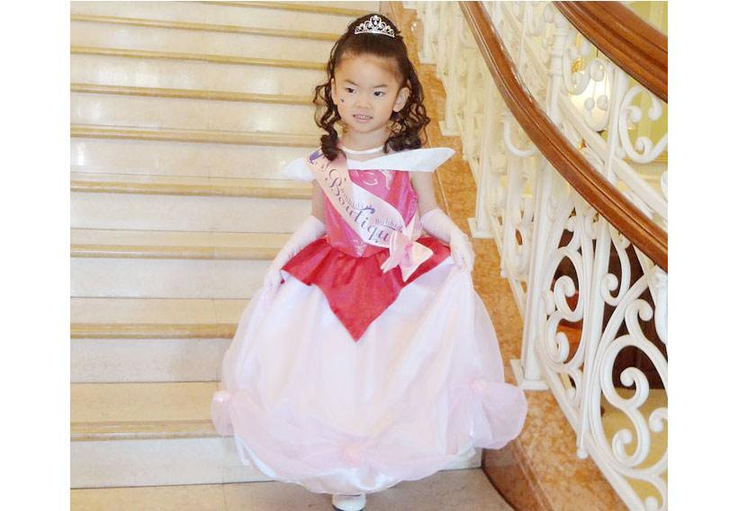 プリンセスに変身した女の子の画像