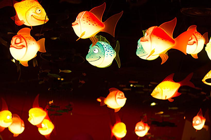 「セバスチャンのカリプソキッチン」の天井を泳ぐカラフルな魚たち