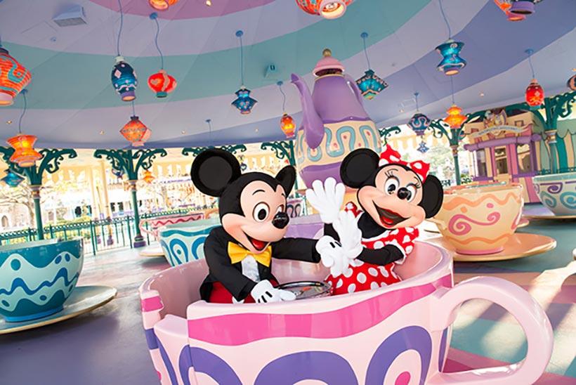 「アリスのティーパーティー」に乗ったミッキーとミニーの画像
