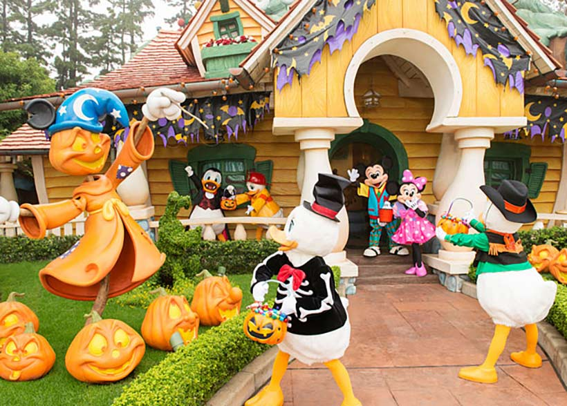 ハロウィーンを楽しんでいるディズニーの仲間たちの画像