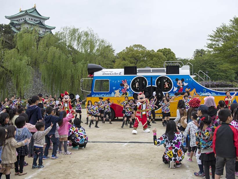 """名城公園でみんなで一緒に""""ミッキー音頭""""を踊っている様子の画像1"""