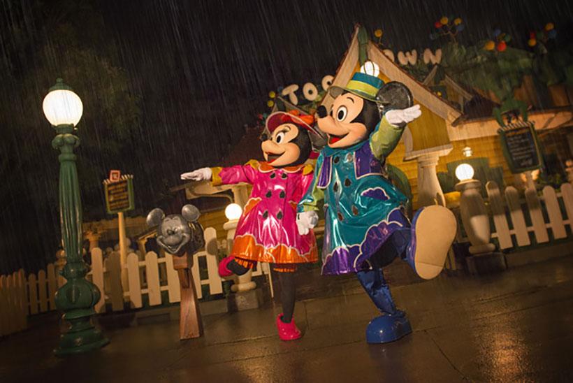 雨の日のミッキーとミニーの画像