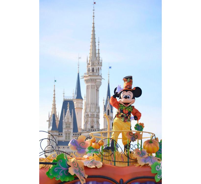 シンデレラ城をバックにハロウィーンの衣装を身にまとったミッキーの画像