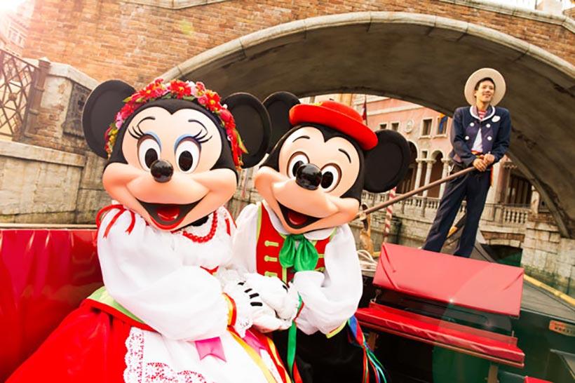 ミッキーとミニーがヴェネツィアン・ゴンドラに乗っている画像