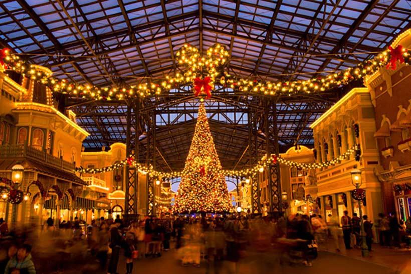 夜のライトアップされたワールドバザールのクリスマスツリー画像