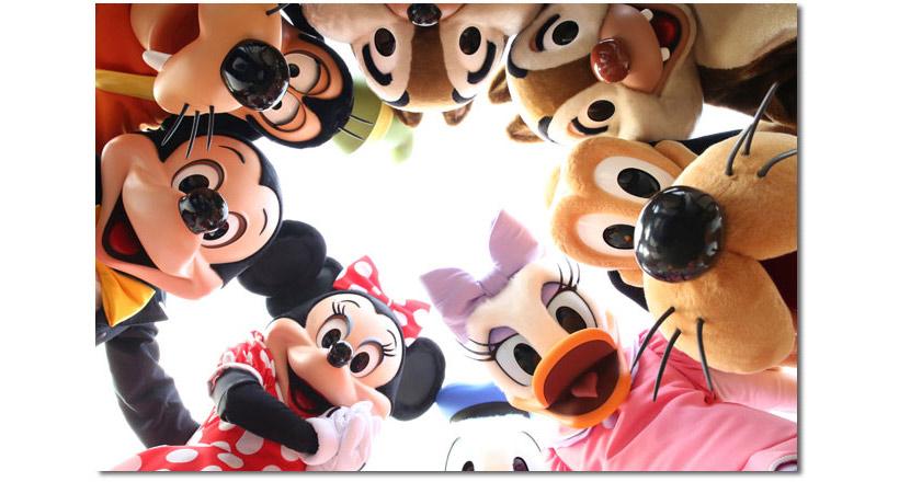 ミッキーと仲間たちが和になってのぞいている画像