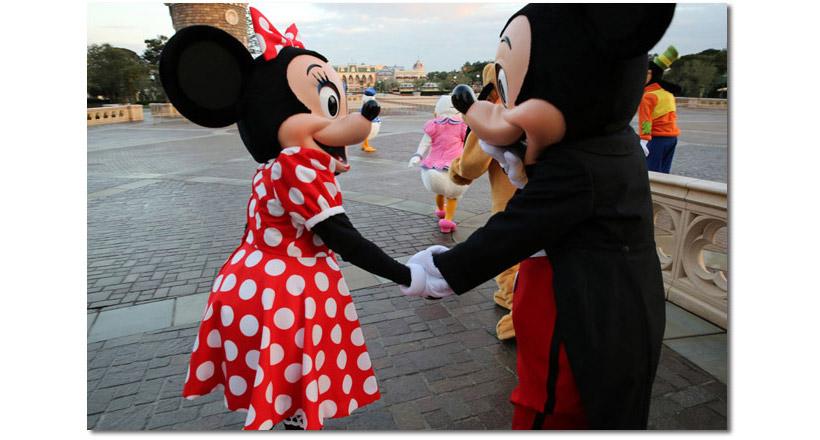 手をつなくミッキーとミニーの画像