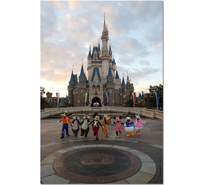 シンデレラ城前でみんなで手をつなぐミッキーと仲間たちの画像