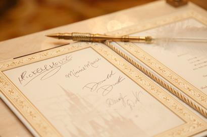 結婚誓約書へのサインや記念撮影の様子②
