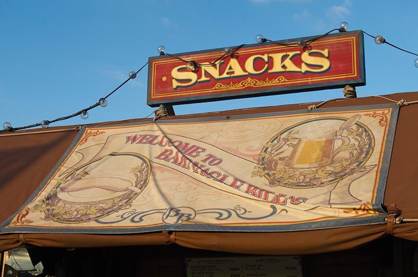 SNACKSと書かれた屋根の画像