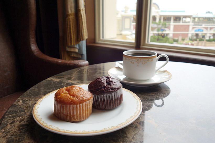 マフィンとコーヒーの画像