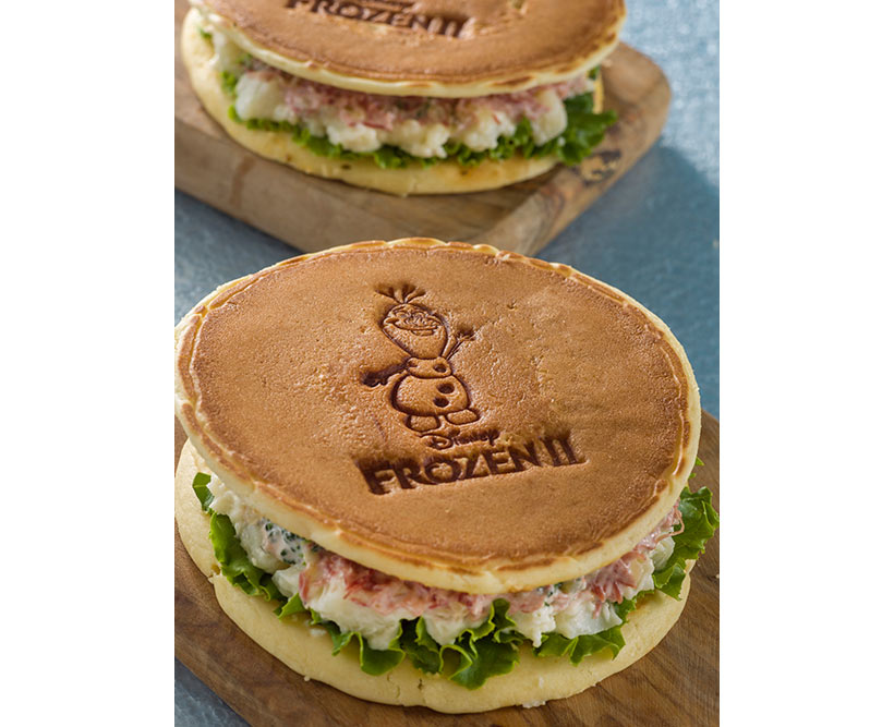 オラフの焼き印が入ったパンケーキサンドの画像