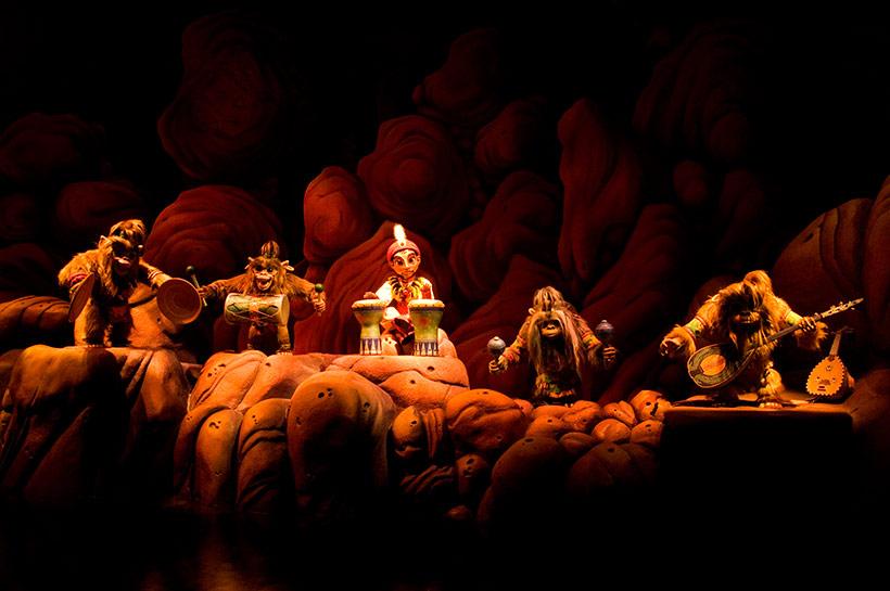 野生のサルたちと音楽の力で友だちになっているシーンの画像