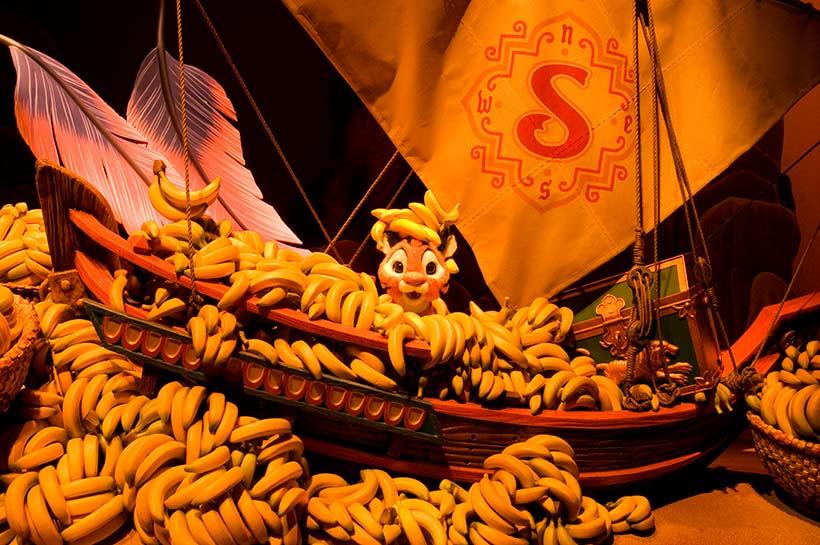 バナナの山にうずもれているチャンドゥの画像