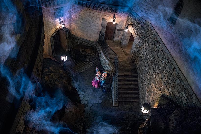 ミッキーとミニーに忍び寄る妖しい影の画像