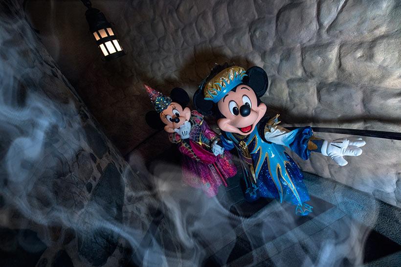 妖しい影が忍び寄るも、ミニーの手を取り進んでゆくミッキーの画像