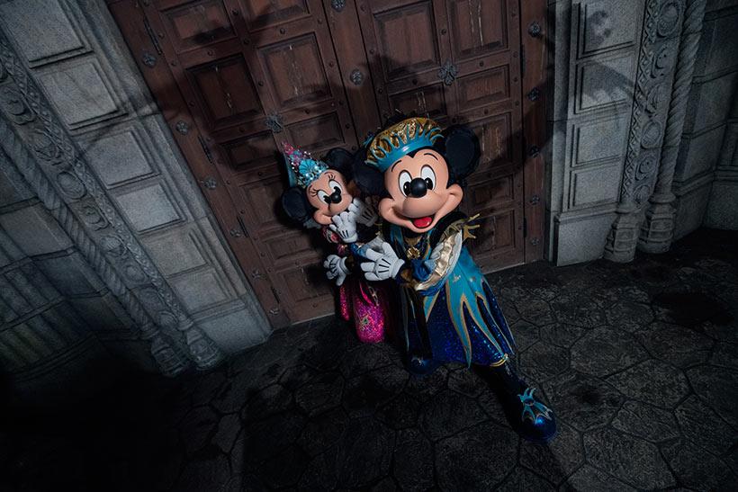 ミッキーとミニーに忍び寄る謎の影がうつる画像