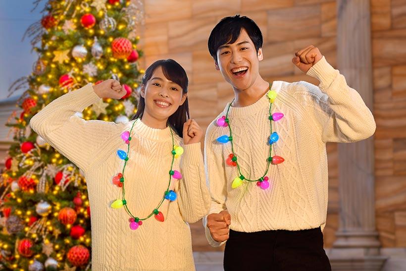 クリスマスカラーのセーターと身につけグッズの画像