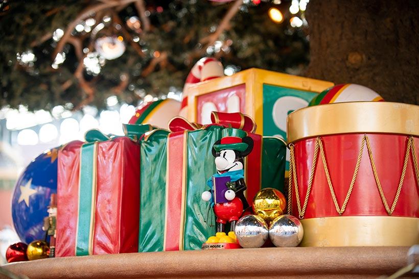 クリスマスツリーの下のプレゼント画像