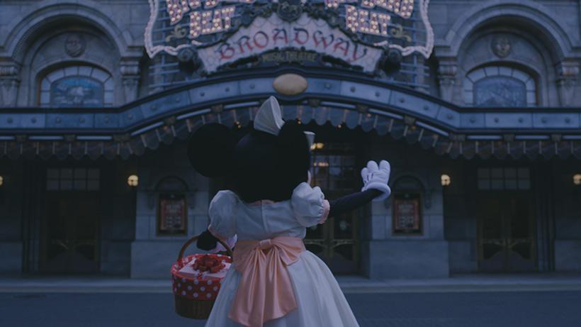 招待された場所に向かうミニーの画像