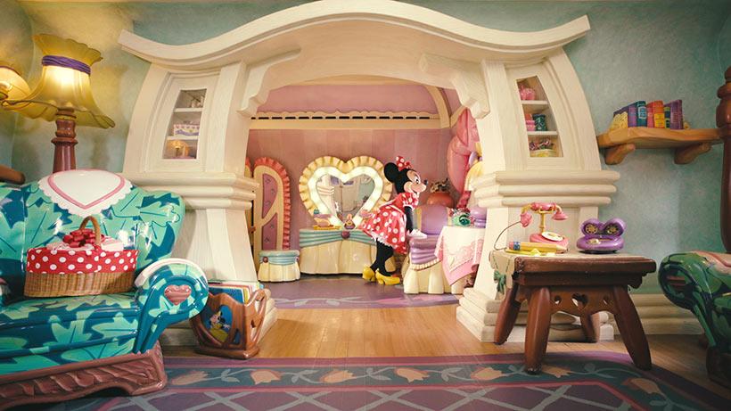ミッキーが現れなくてしょんぼりしているミニーの画像